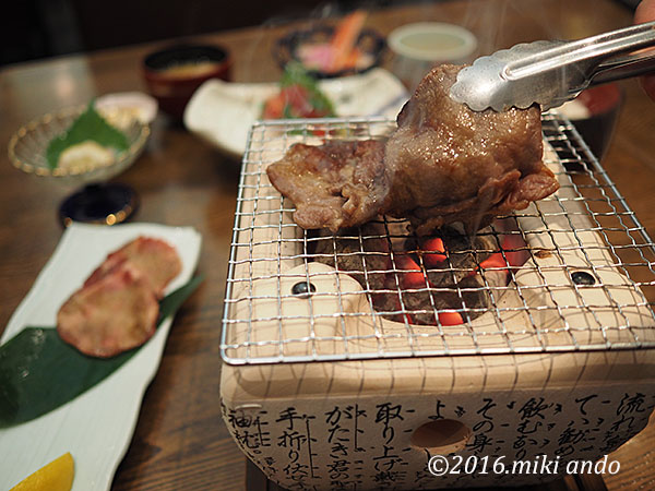 仙台のアパヴィラホテルで牛タンの炭焼き