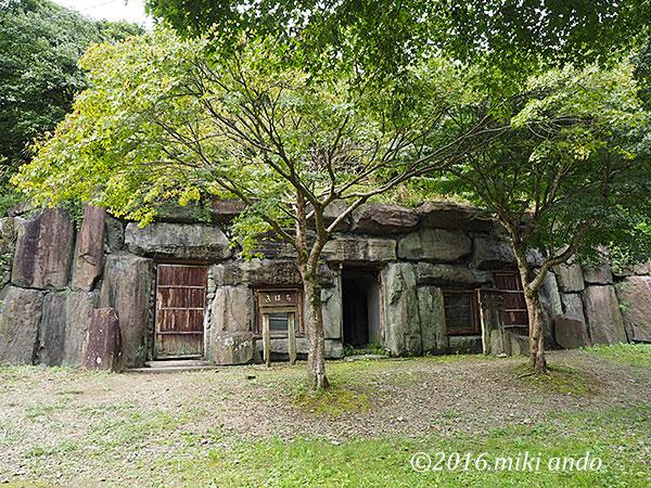 栃木県の古代生活体験村「横穴式住居 外観」