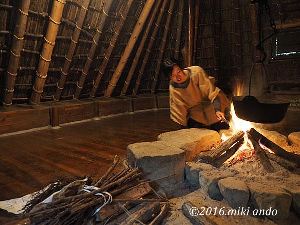 栃木県の古代生活体験村「竪穴式住居で焚き火」