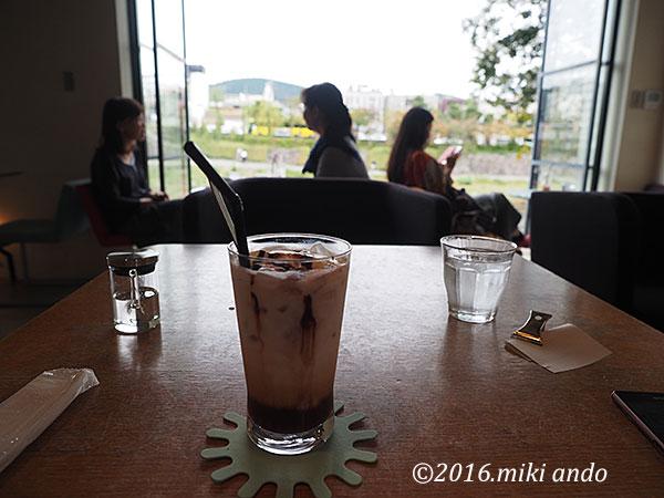 京都・鴨川沿いのカフェ「エフィッシュ」から見る鴨川の景色