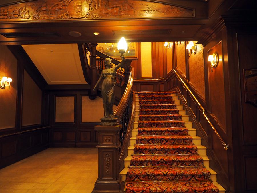 SSコロンビア号「テディ・ルーズヴェルト・ラウンジ」階段付近