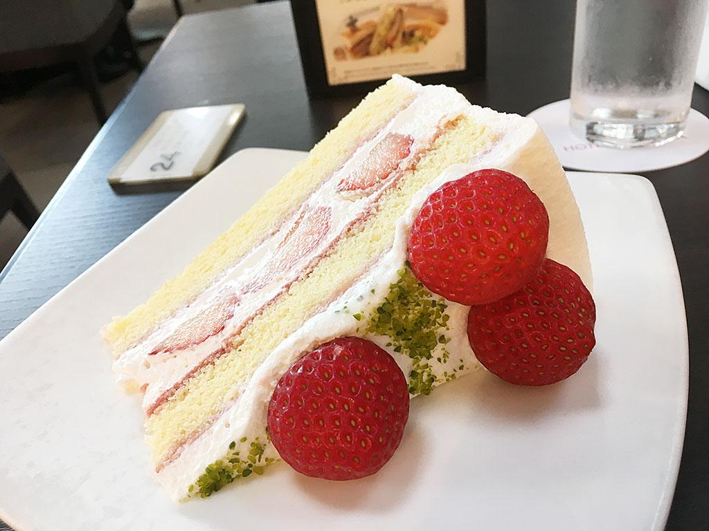 「ホテルグランヴィア京都」ラウンジのケーキは大きすぎて横倒しで登場!